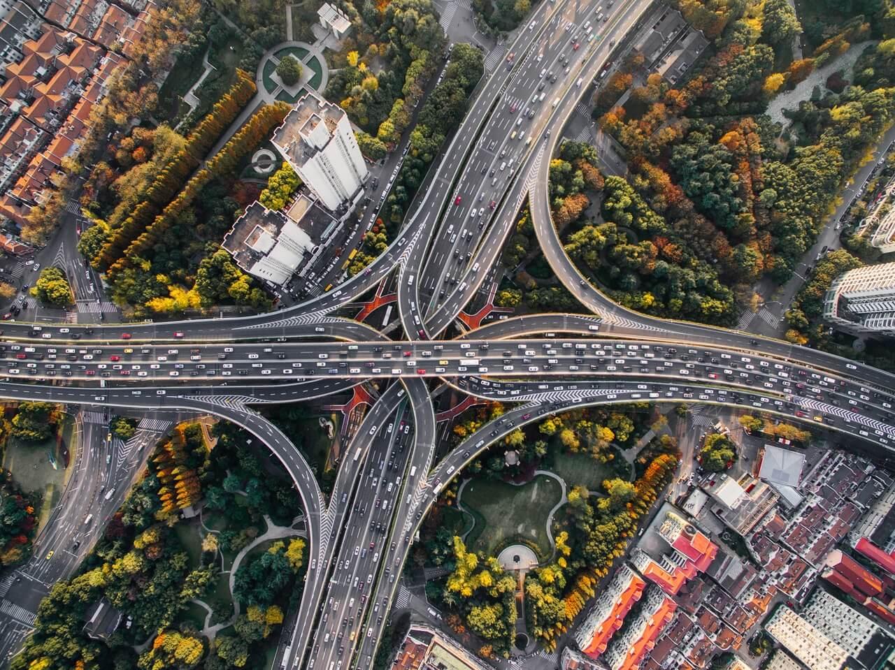 Vogelperspektive: Autos im Straßenverkehr