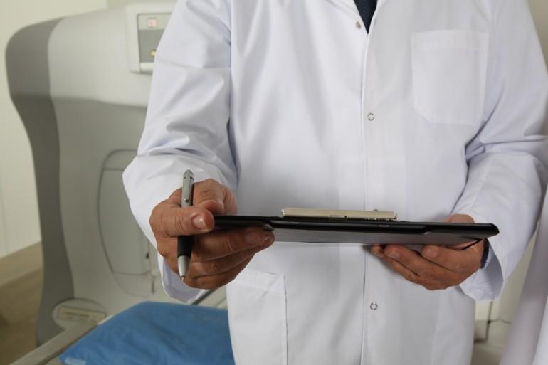 Arzt mit Patientenakte